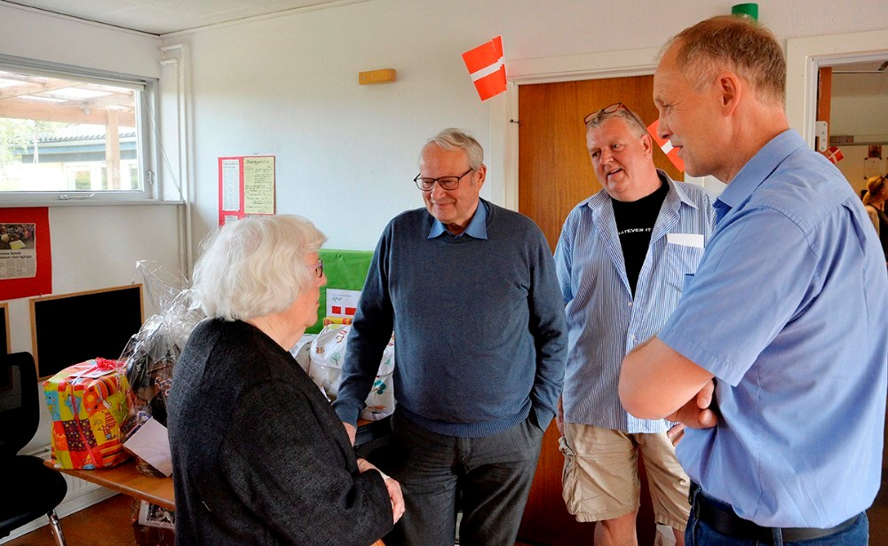 Fra venstre,Anni Sørensen, børnehavens første leder sammen med Jørgen Arnam Olsen, bestyrelsesformand Niels Erik Jørgensen og borgmester MartinDamm. Foto: Jens Nielsen