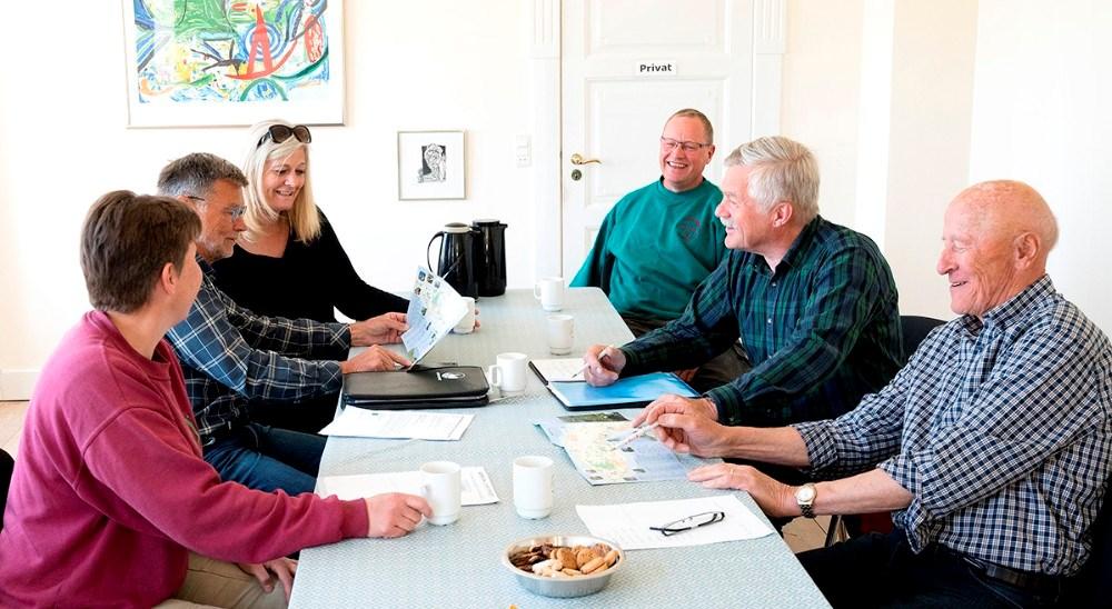 Kampagneteamet består afTroels Birk Kristoffersen, formand for RUB, Mogens Anholm, idémand og næstformand for RUB, Tom Christensen, vinbonde og ejer på Dyrehøj Vingaard og Café Dyrehøj, medejer/forpagter på Restaurant Naes, samt forpagter på Café Edderfuglen og Røsnæs Naturcamping, Betina Newberry, vinbonde på Dyrehøj Vingaard, Hanne Dyremose, ejer/forpagter på Strandhotel Røsnæs og medejer/forpagter på Restaurant Naes, Carl F. Stub Trock, ejer på STUB Vingaard, medejer/forpagter på Restaurant Naes. Foto: Jens Nielsen