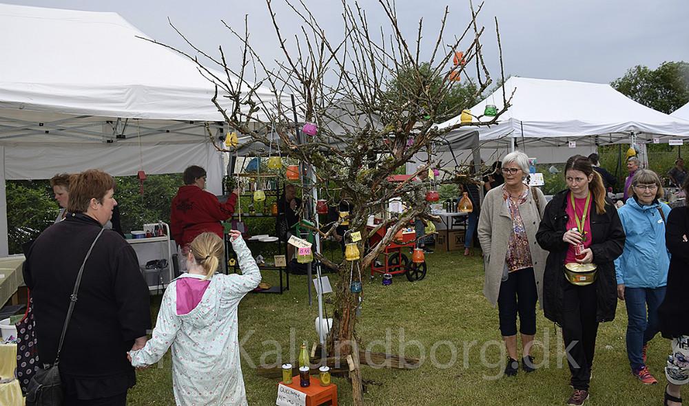 Lørdag var der markedsdag på Stejlhøjhusi Kalundborg, der til trods for dårligt vejr,kunne samle mange mennesker. Foto: Gitte Korsgaard.