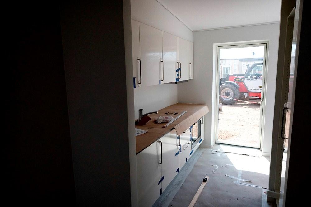 Både køkken og bad er færdigmonteret når elementerne bliver hejst på plads. Foto: Jens Nielsen