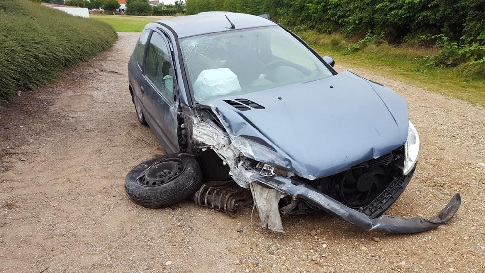 Der skete store skader på kirkemuren og bilen. Privatfoto