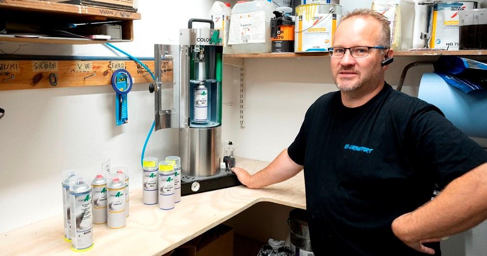 Kasper Elmeskov med det nye anlæg som trykker specialfarver ned i en spraydåse. Foto: Jens Nielsen