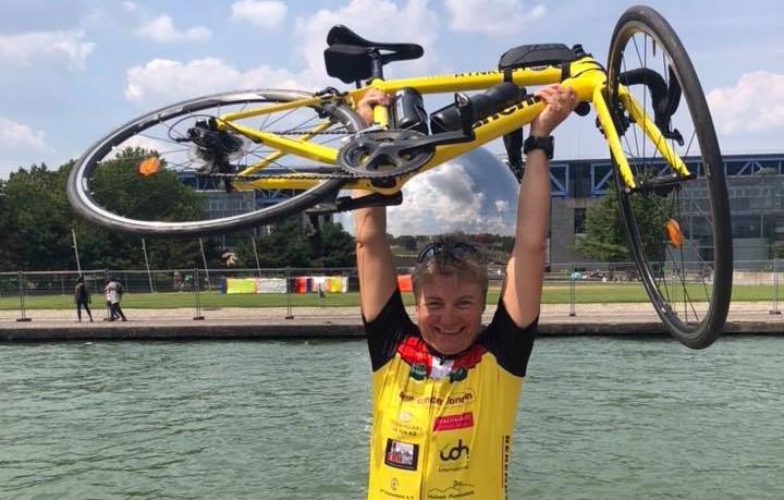 Betina Thomsen da hun i år nåede Paris på cykel. Privatfoto