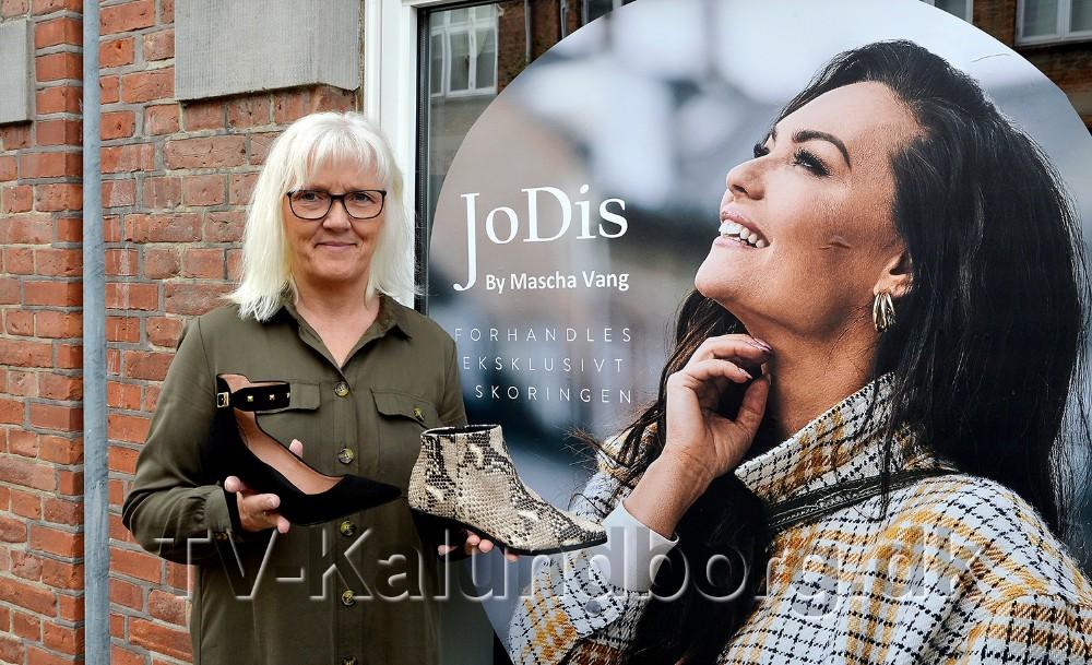 Anne Jørgensen, indehaver af Skoringen Kalundborg, med et par af de nye skomodeller som er designet af Mascha Vang. Foto: Jens Nielsen