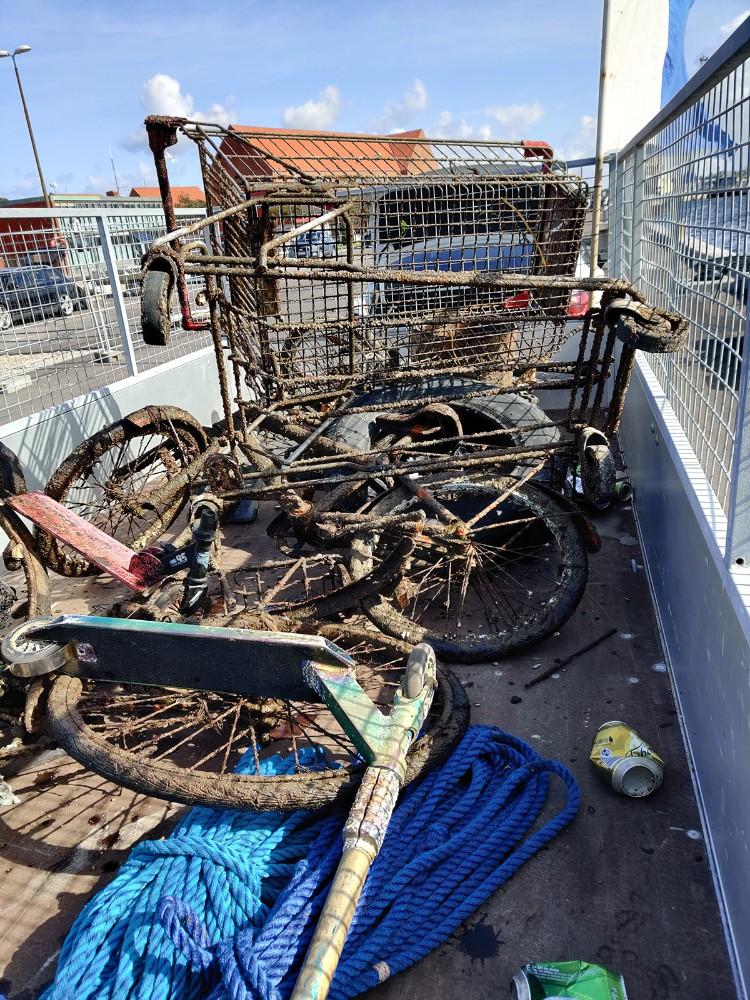 Medlemmer af Kalundborg Dykkerklub har renset havbunden op ud for havneparken. Foto: Jens Nielsen