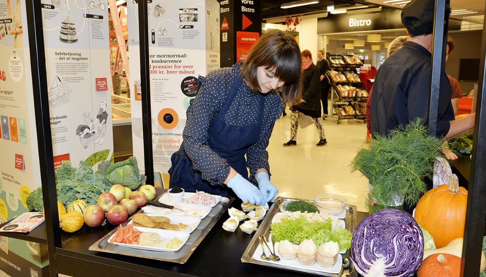 Den kendte kok, madblogger og kogebogsforfatter Ditte Ingemann var fredag eftermiddag i Kvickly Kalundborg for at dele smagsprøver ud. Foto: Jens Nielsn