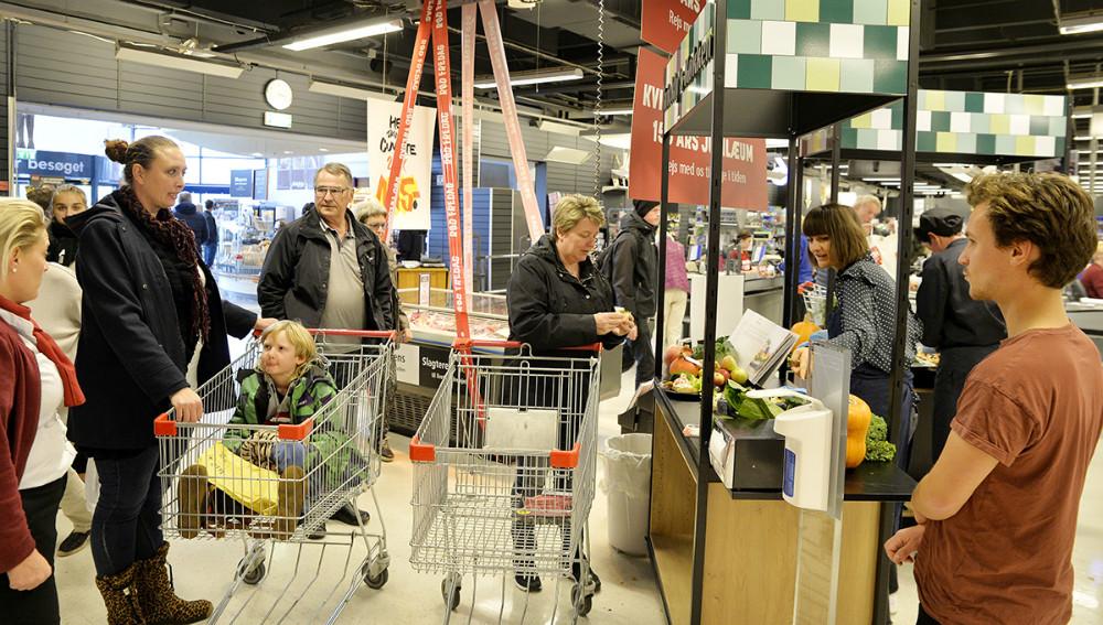 Smagsprøver til kunderne. Foto: Jens Nielsen