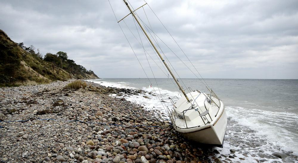 En sejlbåd er strandet på Røsnæs. Foto: Jens Nielsen