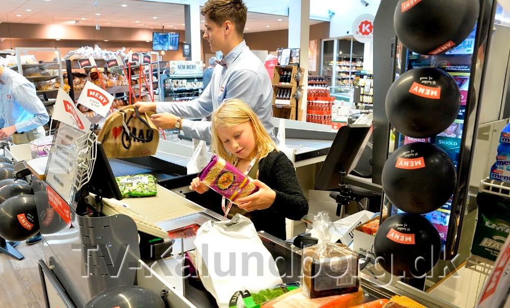 I denne uge kan børnene få lov til at scanne forældrenes varer hos Meny. Foto: Jens Nielsen