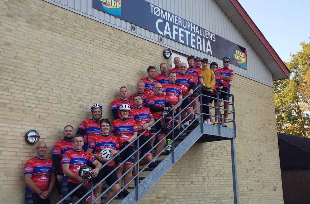 Cykelholdet fotograferet ved Tømmeruphallens Cafeteria. Privatfoto