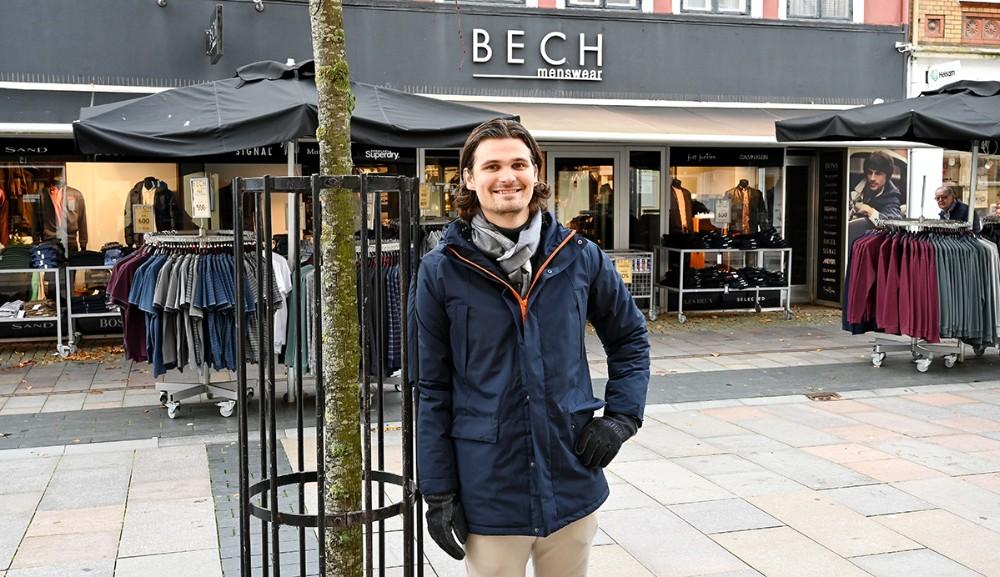 Mikkel Thisgaard i en lækker jakke fra Les Deug, handsker fra Tommy Hilfinger og halstørklæde fra Bruun og Stengade. Foto: Jens Nielsen