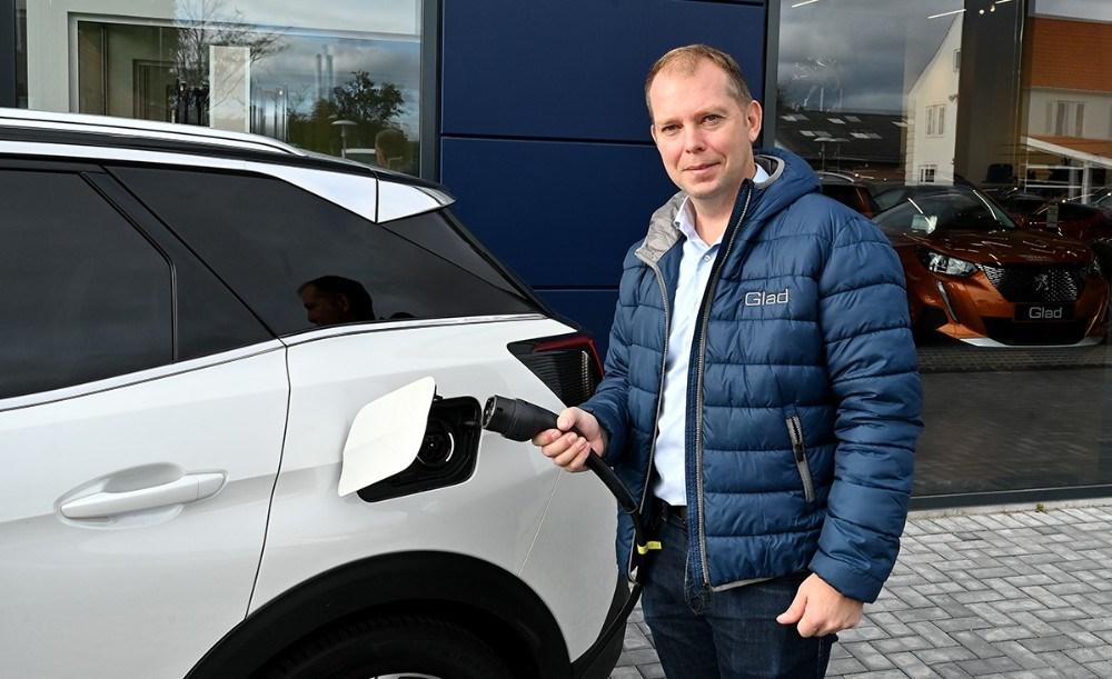 Salgskonsulent Brian Olsen klar med helt nye el-biler der kan prøvekøres. Foto: Jens Nielsen