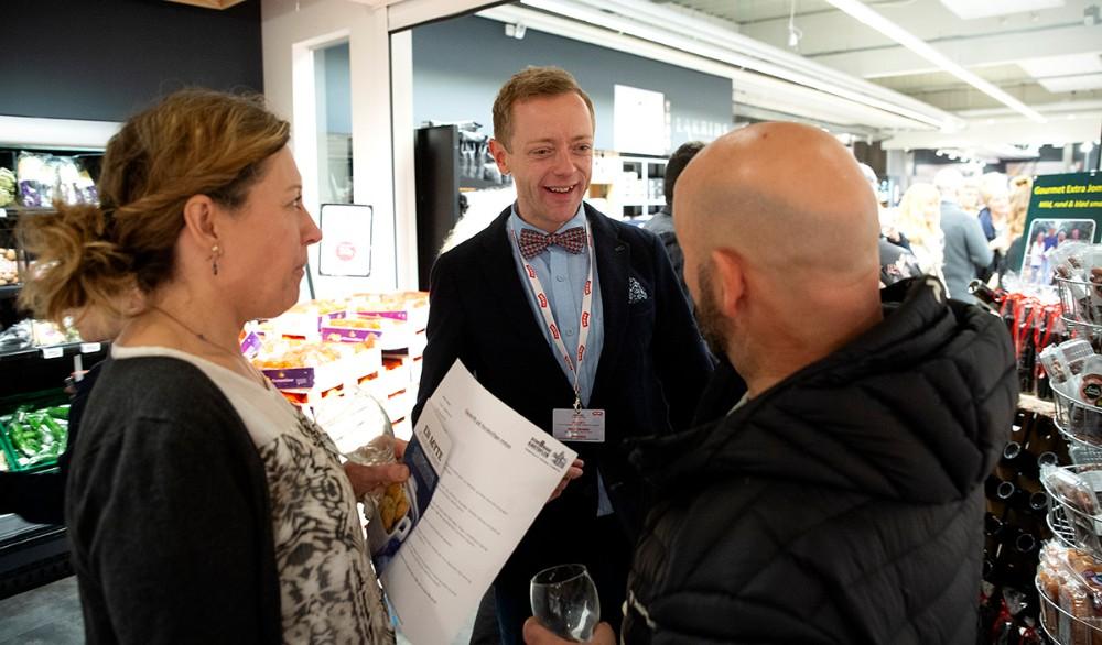 Peter Egebæk i snak med et par af aftenens gæster. Foto: Jens Nielsen