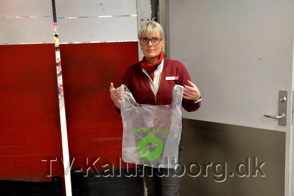 Kirsti Thygesen med en plasticpose som er lavet i bioplast. Foto: Jens Nielsen