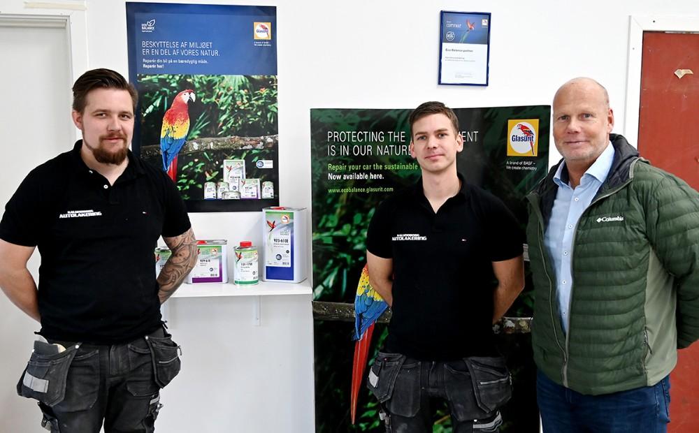 Emil Olsen ogMorten Sonne Faigh sammen med Kim Jensen, Nordic Key Acount Manager i BASF, som leverer de bæredygtige produkter til firmaet. Foto: Jens Nielsen
