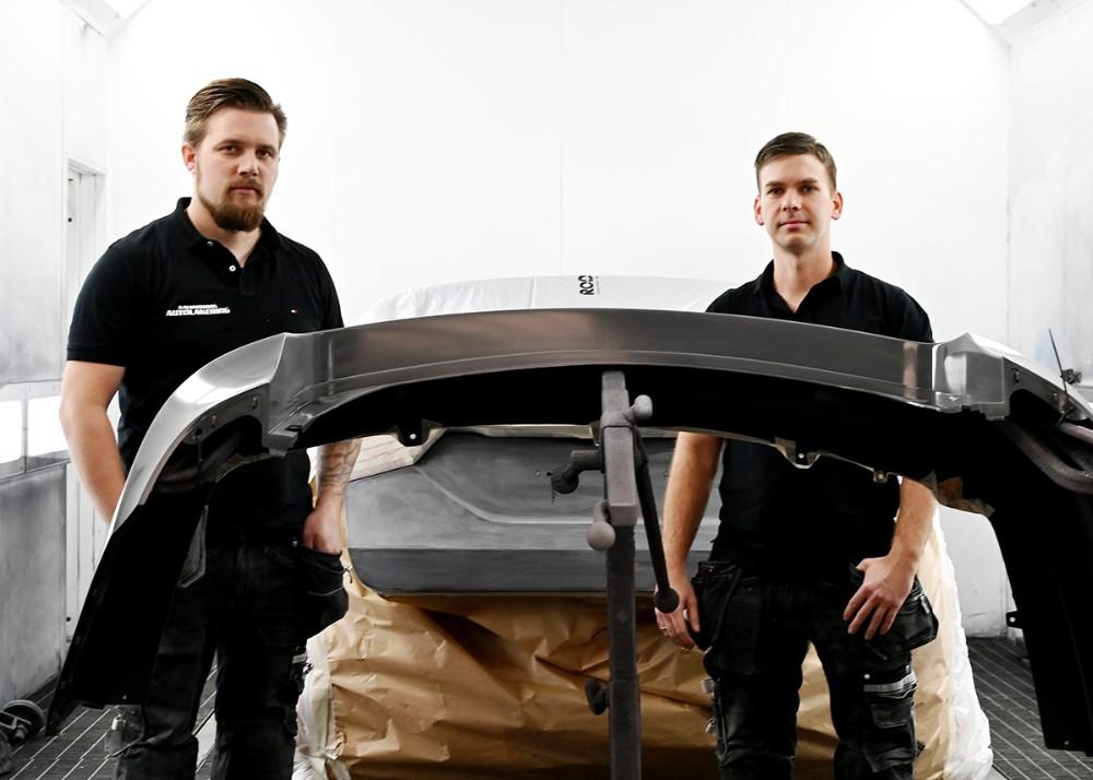 Emil Olsen ogMorten Sonne Faigh, indehavere af Kalundborg Autiolakering, med adresse påEllemosevej 5A i Ugerløse. Foto: Jens Nielsen