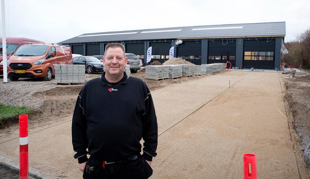 Lars Larsen, indehaver af Lips Autoteknik i Rørby, foran sit store værksted. I porten yderst til højre opføres en stor vaskehal. Foto: Jens Nielsen