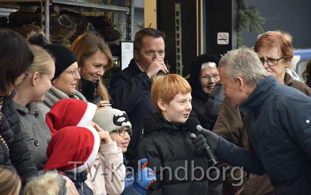 Ude foran Meny, lørdag ved middagstid, kunne man møde Bubber og Louise Dubiel, der julehyggede med både børn og voksne. Foto: Gitte Korsgaard.