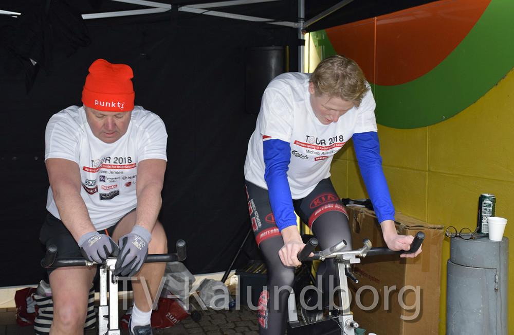 I dag cyklede otte ryttere (her har Meny skiftet cykelrytter, og det er Frederik Larsen, der her cykler)  152.000 kr. ind på deres spinningcykler på Solskinspladsen i Kalundborg. Foto: Gitte Korsgaard.