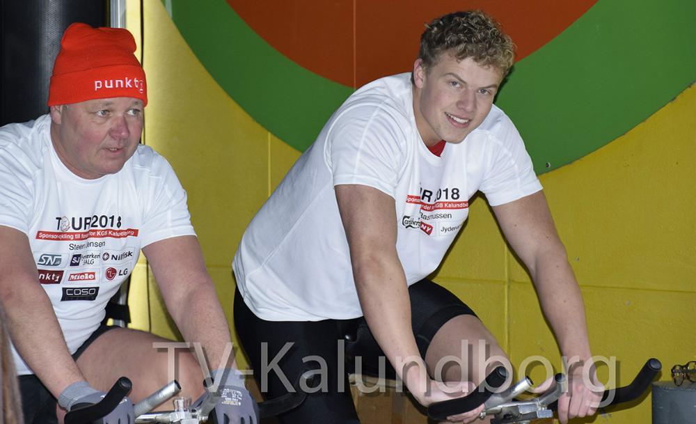 I dag cyklede otte ryttere (her har Meny skiftet cykelrytter, og det er Christian Lind, der her cykler)  152.000 kr. ind på deres spinningcykler på Solskinspladsen i Kalundborg. Foto: Gitte Korsgaard.