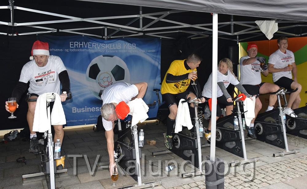 I dag cyklede otte ryttere 152.000 kr. ind på deres spinningcykler på Solskinspladsen i Kalundborg. Foto: Gitte Korsgaard.