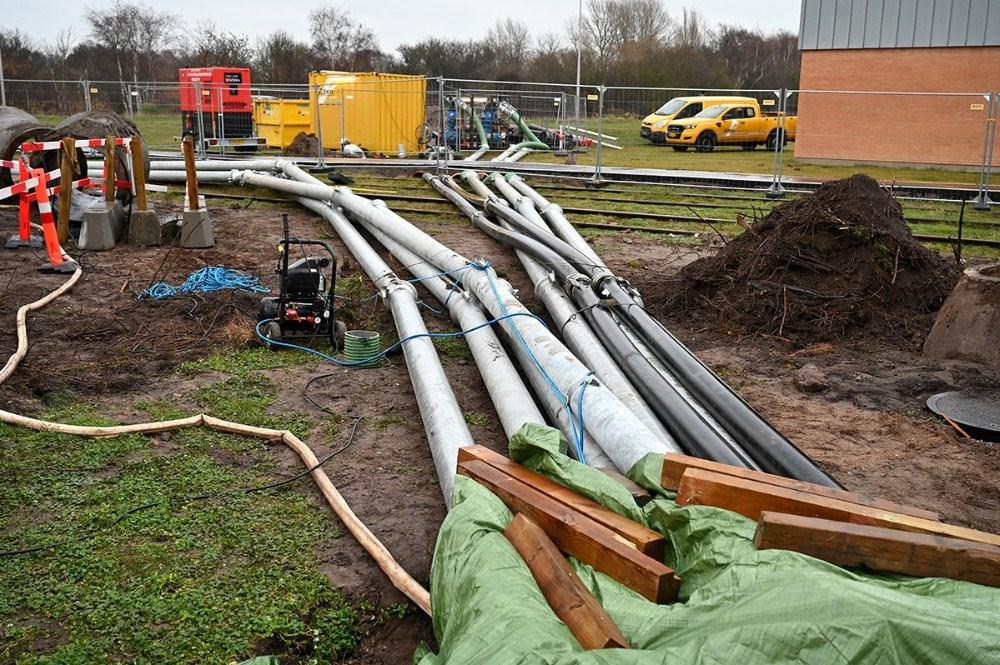 Spildevandsledningerne blev spærret af og spillevandet i stedet blev pumpet via store pumper og midlertidige rør på jorden. Foto: Jens Nielsen