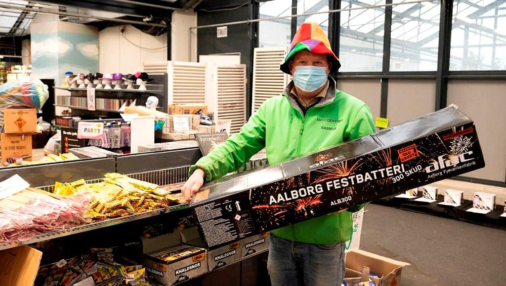 Rasmus Jensen, medindehaver af Havecentret på Stejlhøj er klar til at sælge fyrværkeri fra Aalborg Fyrværkerifabrik.Foto: Jens Nielsen