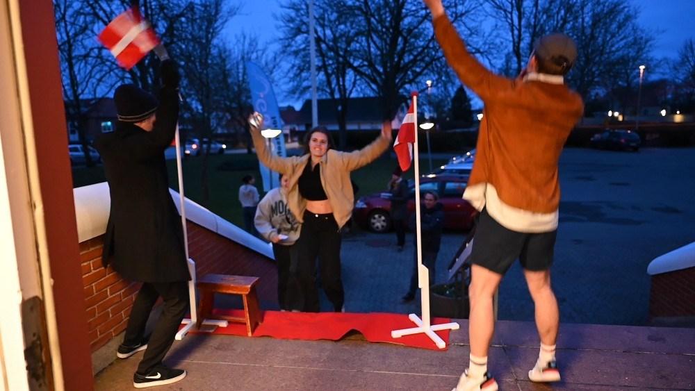 Der var stor gensynsglæde da eleverne på Gørlev Idrætsefterskole mandag aften vendte tilbage til skolen. Foto: Jens Nielsen