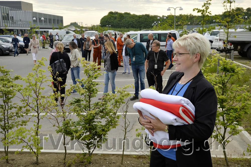 Mette Lehmann fra Team Safety med de tre nye flag. Foto: Jens Nielsen