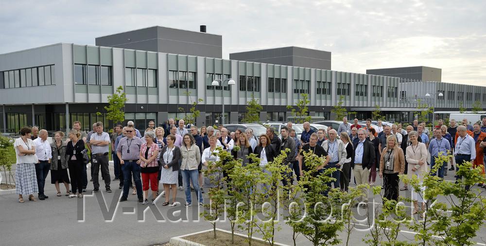 En række af de afministrative medarbejdere var mødt op for at overvære at flagene med det nye navn med hejst. Foto: Jens Nielsen