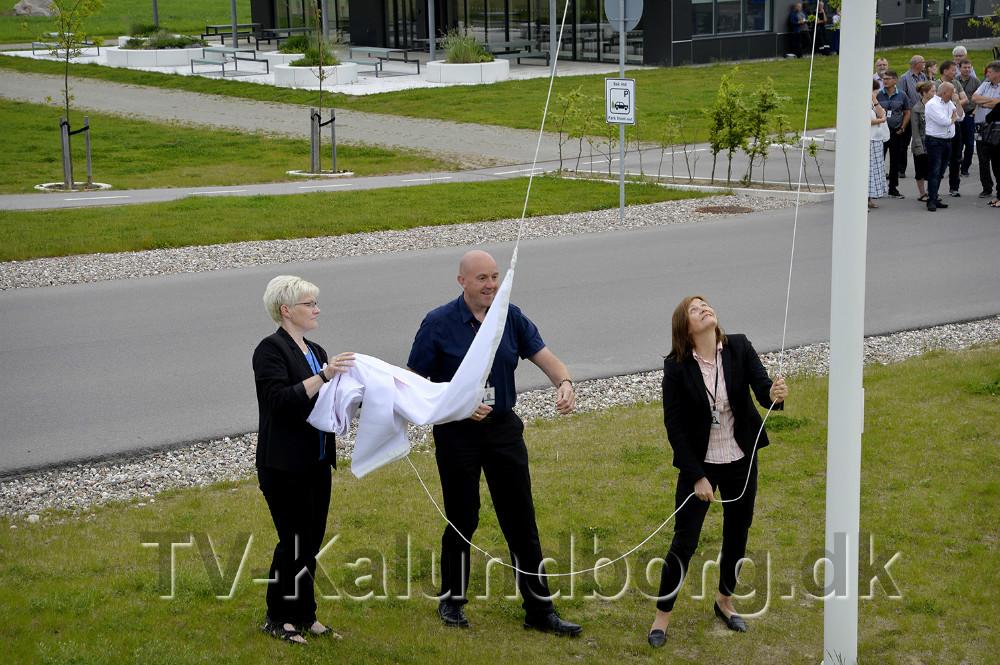 Jofrid Klokkehaug, adm. direktør, Statoil Refining Denmark, hejste flagene med det nye navn ved administartionsbygningen på Melbyvej. Foto: Jens Nielsen