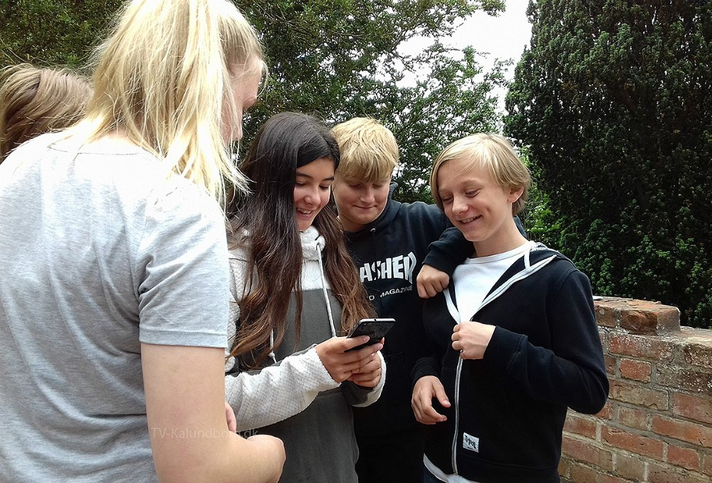 Unge udforsker Middelalderens spor igennem den gratis app 'Tidslommen' fra Museum Vestsjælland. Foto: Museum Vestsjælland.