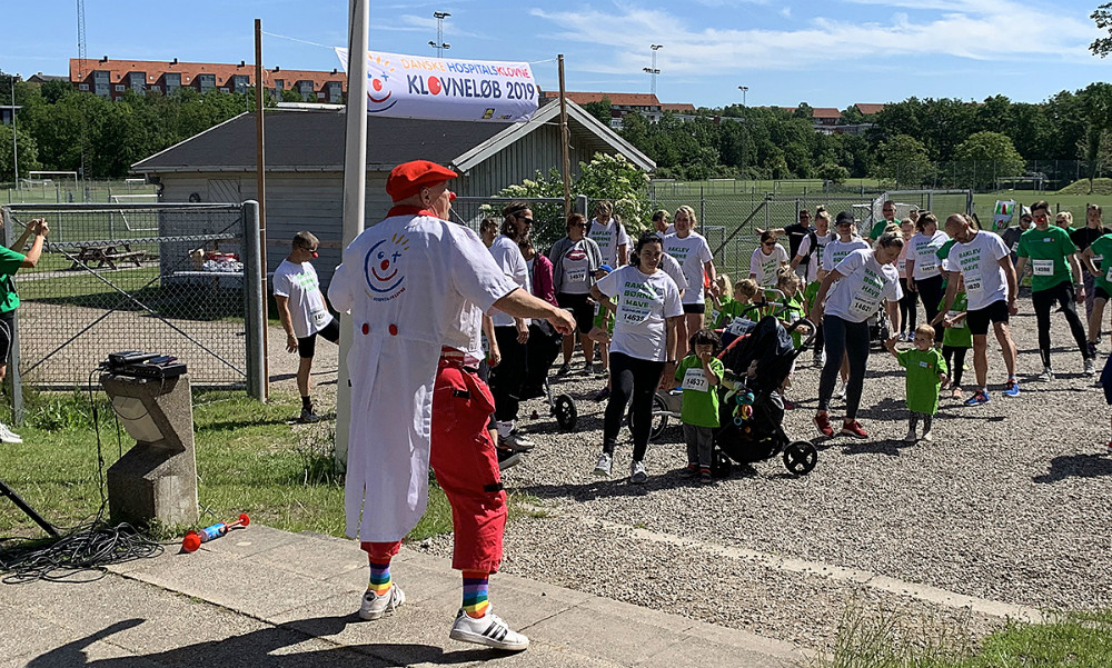 Søndag formiddag var der klovneløb i Munkesøen i Kalundborg, hvor man løber for at samle penge ind til Danske Hospitalsklovne.