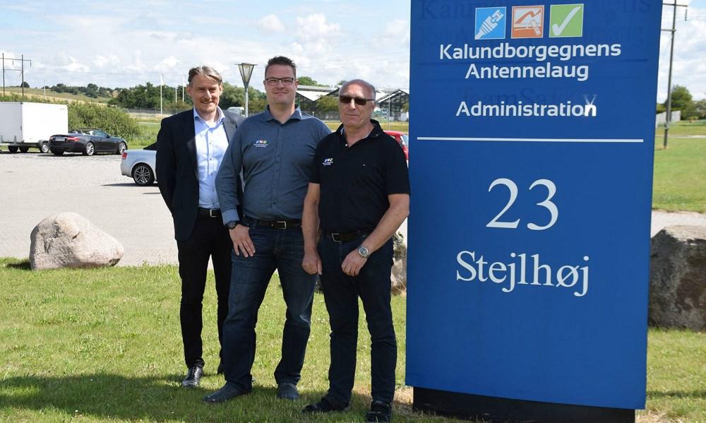 Formand for Kalundborgegnens Antennelaug, Thomas Philip (tv), forretningsfører ved Kalundborgegnens Antennelaug, Daniel Badeby ogIvan Thygesen (th). Foto: Gitte Korsgaard.