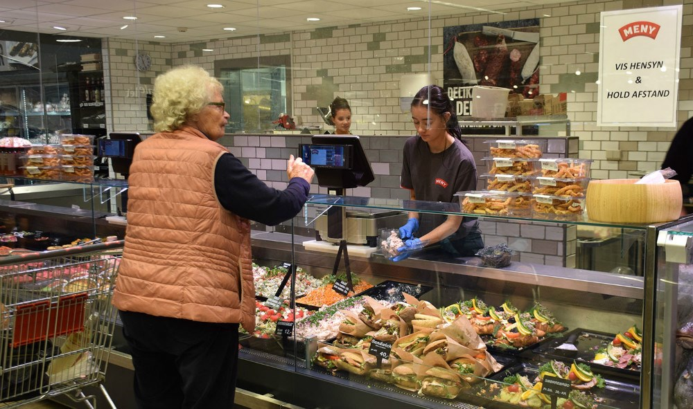 Der er hjælp at hente i alle afdelingerne i Meny til trods for, at det er ferietid. Foto: Gitte Korsgaard.