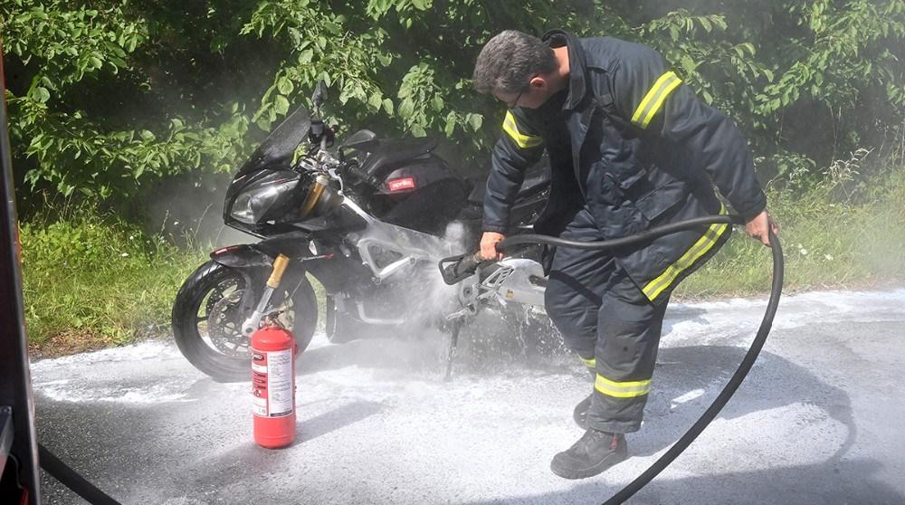 Motorcyklen er formentligt totalskadetefter branden. Foto: Jens Nielsen