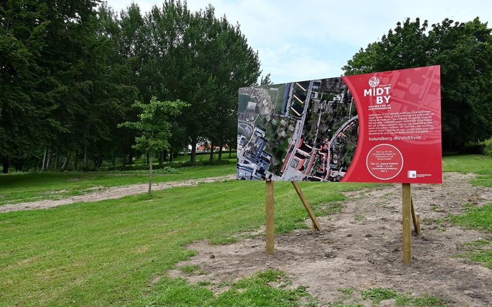 På den store planche der er opsat i Klosterparken kan borgerne blive klogere på hvor der eventuelt skal bygges otte punkhuse. Foto: Jens Nielsen