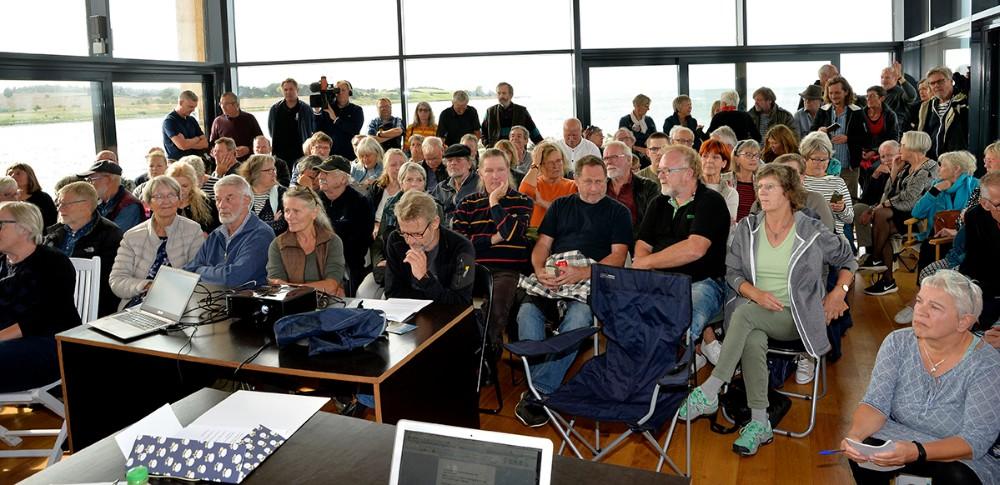 """Godt 100 personer var mødt op til stiftende generalforsamling i den nye forening""""Nej til motorvej gennem Røsnæs"""". Foto: Jens Nielsen"""