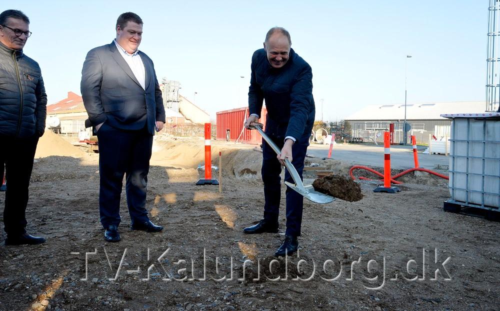 Martin Damm tog første spadestik til det nye raffinaderi. Foto: Jens Nielsen