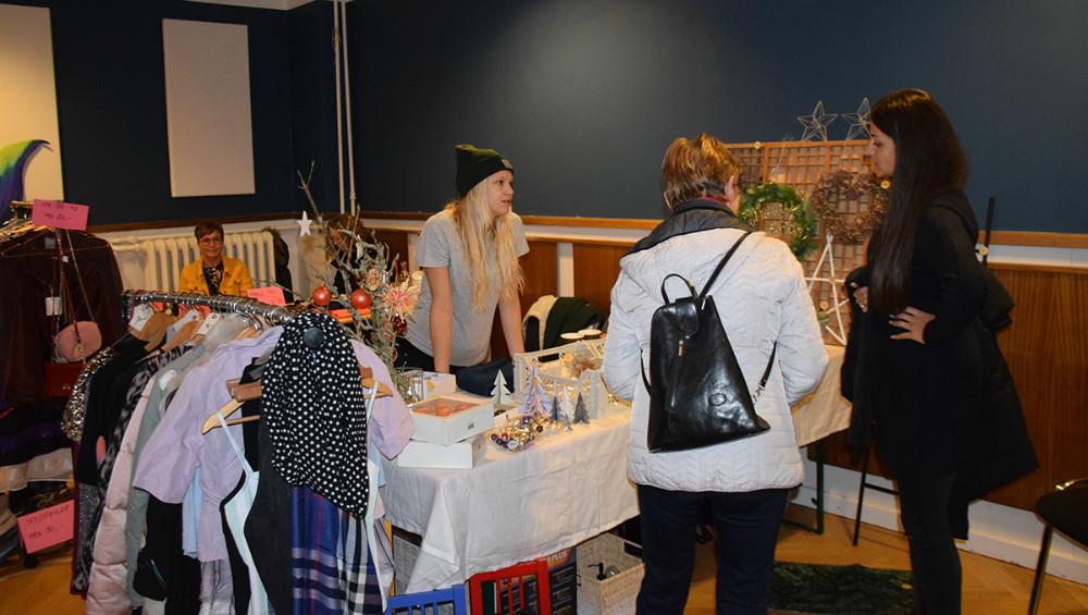 Der bliversolgt diverse ting og sager på Postgaarden lørdag til second hand marked. Foto:Gitte Korsgaard.