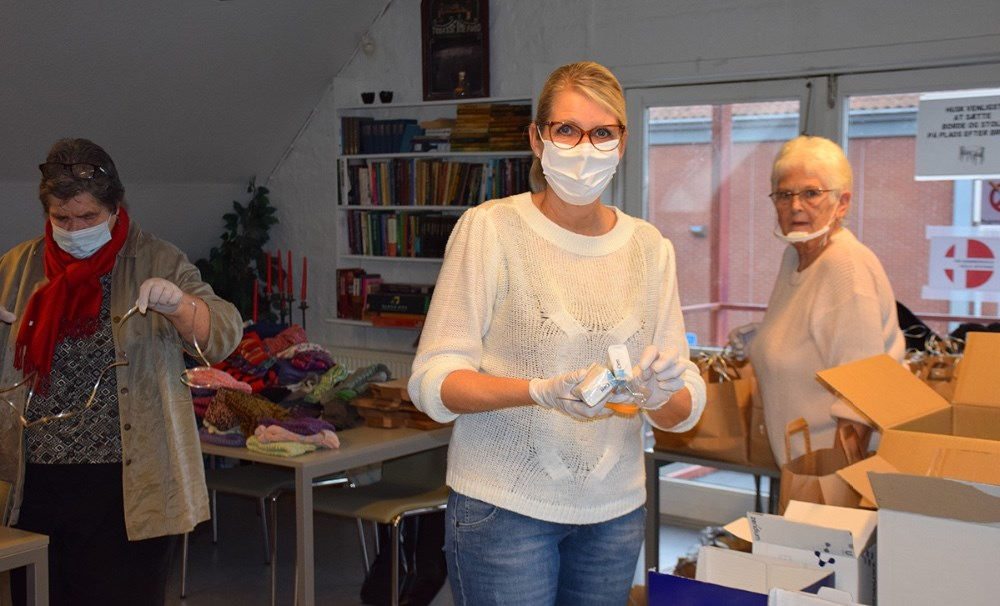 Skipper, Bettina Knudsen og Kirsten Due Køltoft er alle frivillige i Kalundborg Medborgerhus. De pakker i disse dage juleposer til husets brugere. Foto: Gitte Korsgaard.