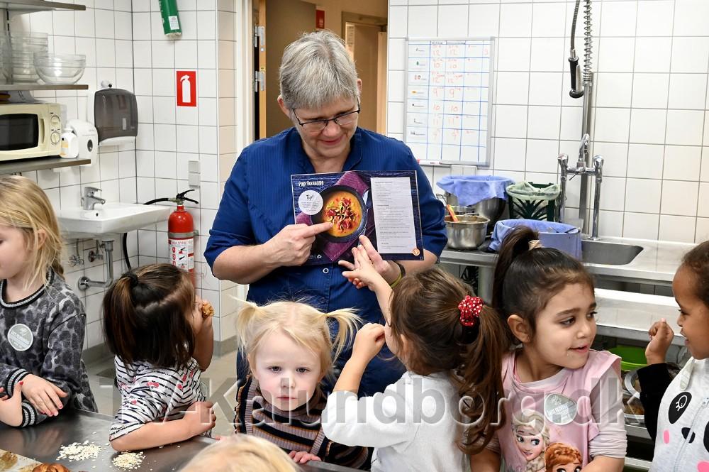 Kirsten Herløv med den opskriftbog som alle børn har fået med hjem. Foto: Jens Nielsen