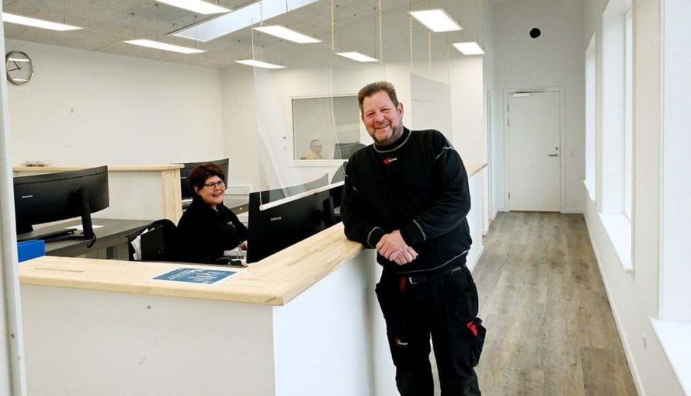 Lars Larsen, indehaver af Lips Autoteknik i de nye lyse kontorlokaler. Foto: Jens Nielsen
