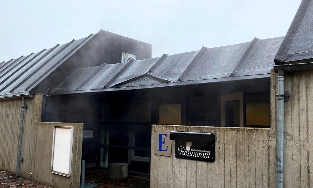 Damp stod ud af døren på Kalundborghallernes Restaurant efter et varmerør var springet. Foto: Jens Nielsen