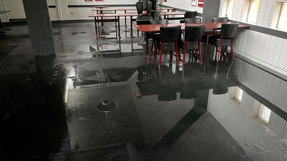 Vand på gulvet i restaurantlokalet. Foto: Jens Nielsen