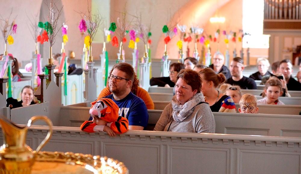 Godt 80 børn og voksne var mødt op til fastalavnsgudstjeneste i en flot pyntet Raklev Kirke. Foto: Jens Nielsen