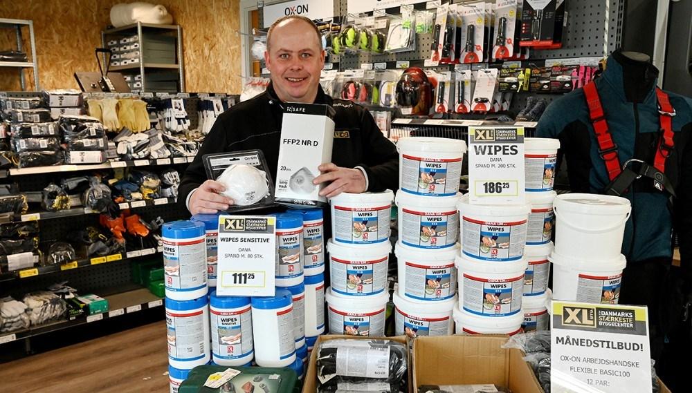Jesper Sørensen, afdelingsleder hos XL-Byg i Gørlev, med nogle af de varer som nærmest bliver revet ned af hylderne i øjeblikket, renseservietter og støvmasker. Foto: Jens Nielsen
