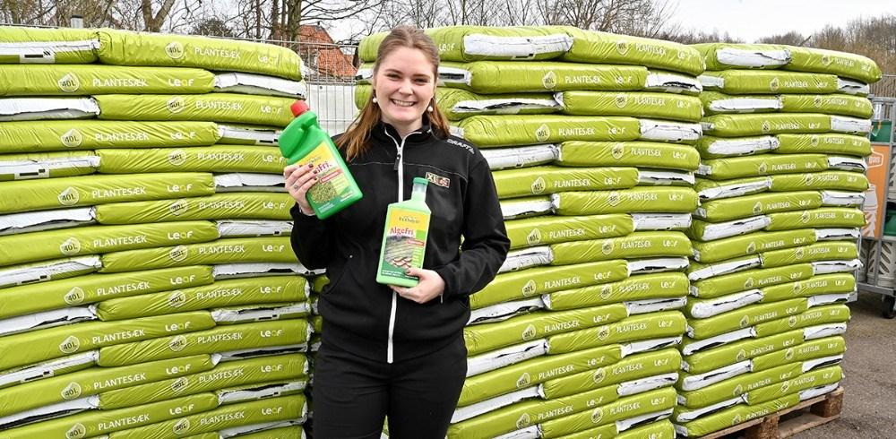 Laura Hansen fra XL-Byg i Gørlev foran plantesække, som er en af de varer som der sælges rigtigt meget af lige nu. Foto: Jens Nielsen