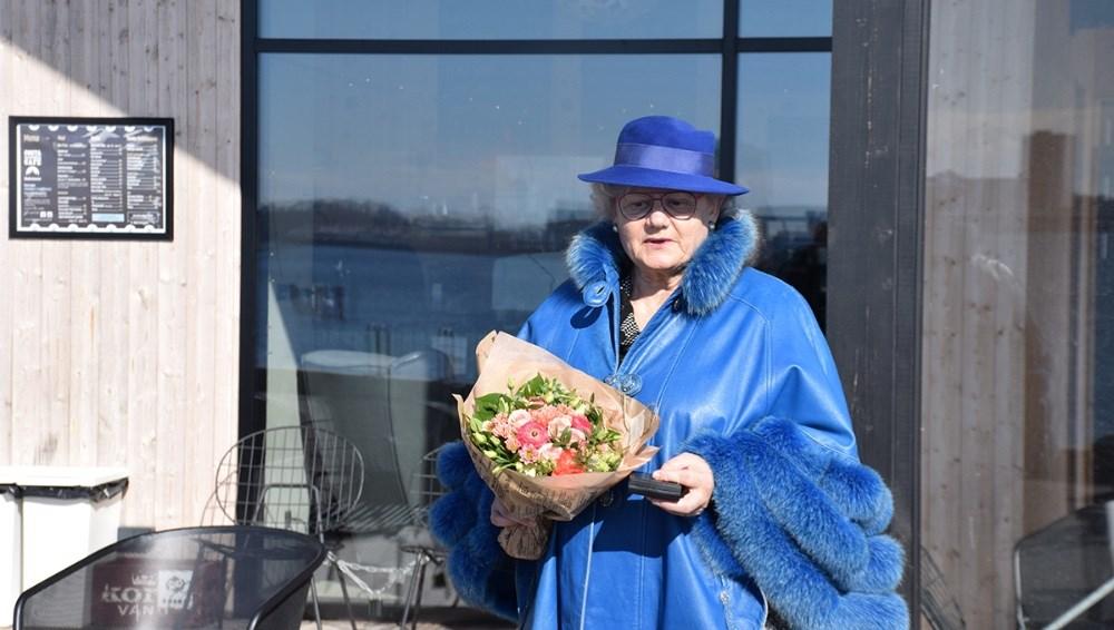 Ditte Schwarzbach blev overrasket onsdag formiddag, da hun blev gjort til æresmedlem af ´Vores Kalundborg´. Foto. Gitte Korsgaard.