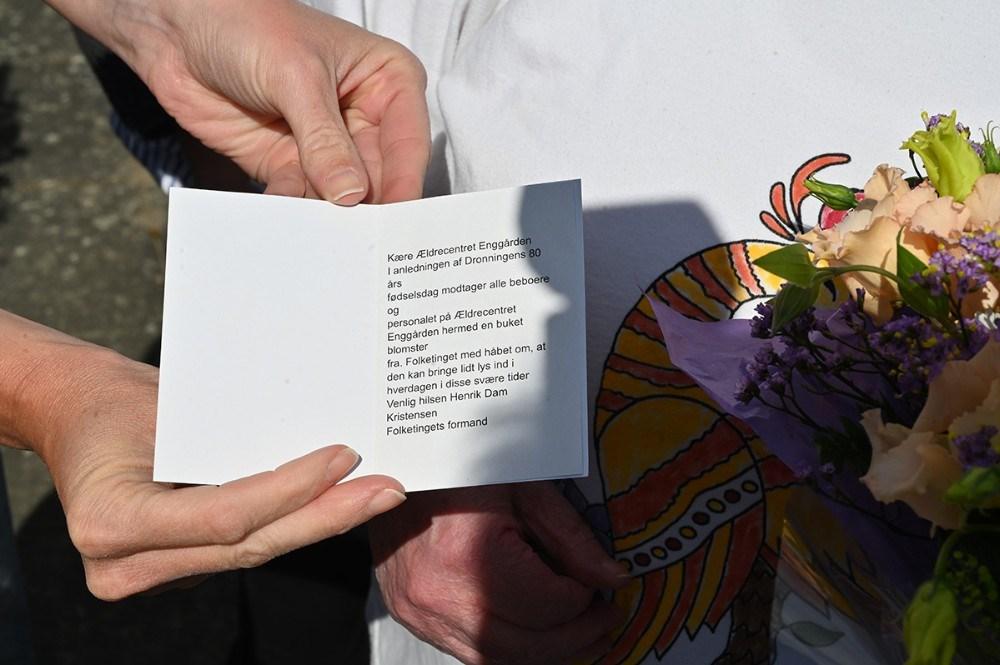 Beboerne og personalet på Plejecentret Enggården fik en buket blomster fra Folketinget. Foto: Jens Nielsen